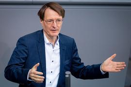 """""""Es wird darauf ankommen, wie sich die Bevölkerung verhält. Das ist wichtiger als einzelne Maßnahmen. Viele Auflagen lassen sich ohnehin schwer überprüfen"""", sagt Karl Lauterbach."""