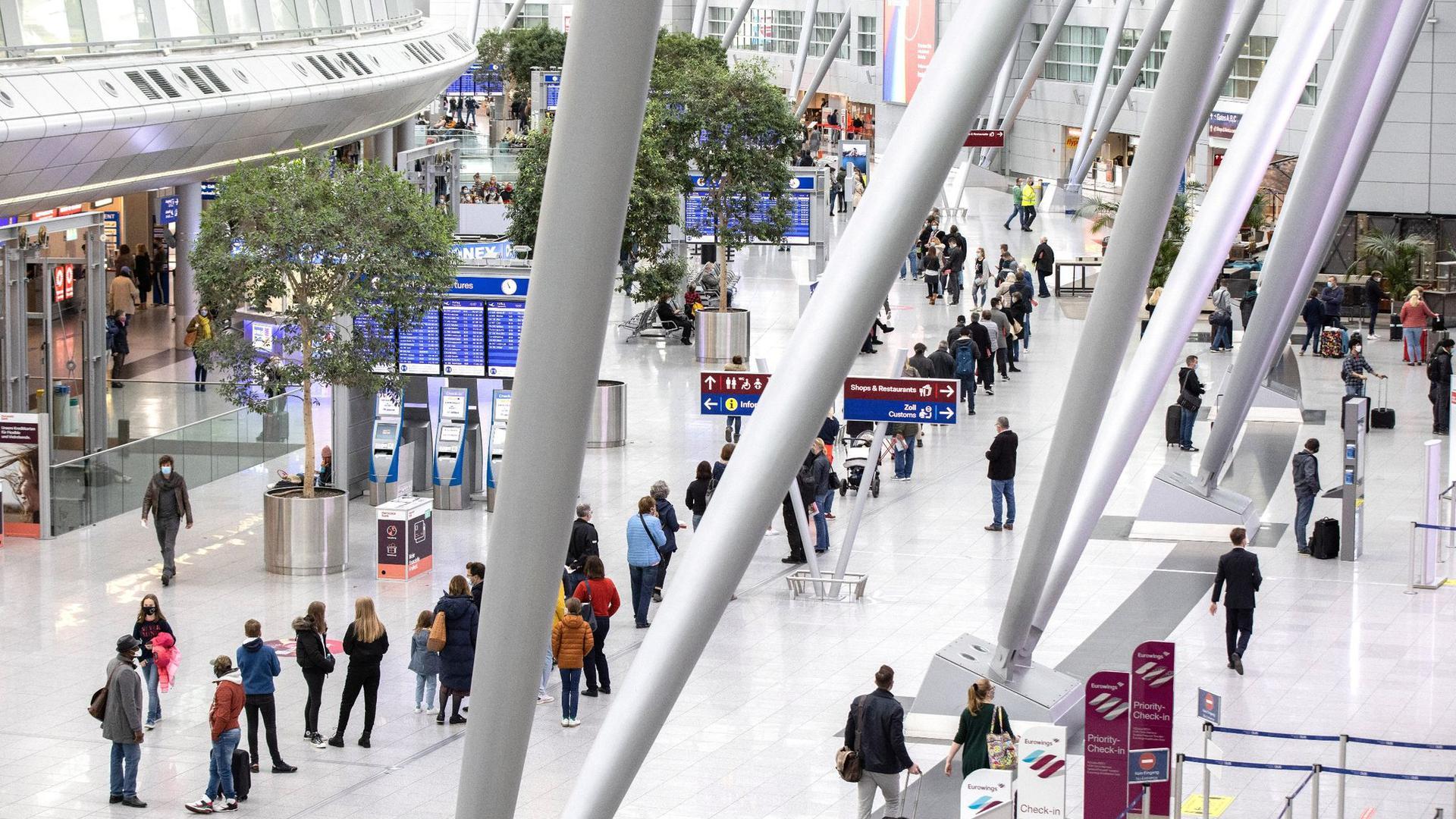 Schlangestehen vor einem Testzentrum am Düsseldorfer Flughafen. Nicht nur Reisende können sich hier testen lassen.