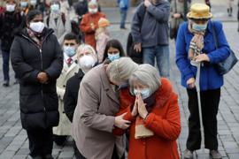 Betende Gläubige während einer Messe auf dem Altstädter Ring in Prag. Derzeit hat Tschechien mit rasant steigenden Infektionszahlen zu kämpfen.