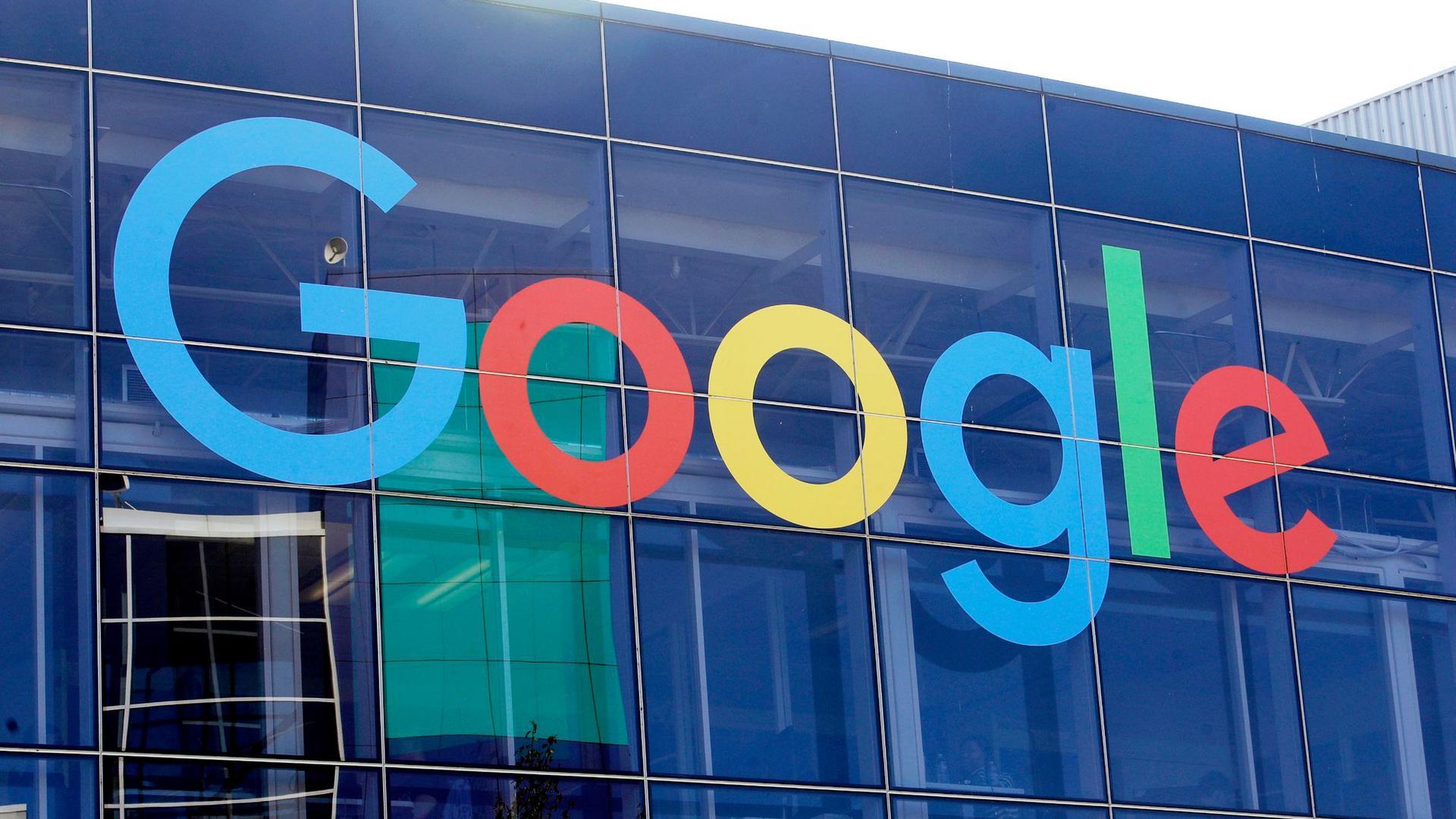 Das Logo von Google an der Fassade des Hauptsitzes des Mutterkonzerns Alphabet in Mountain View.