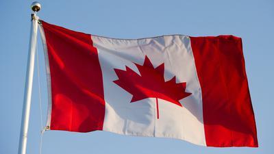 Die kanadische Flagge. Der kanadische Ort Asbestos (Deutsch:Asbest) soll nach einem Referendum seiner Bevölkerung in Val-des-Sources umbenannt werden.