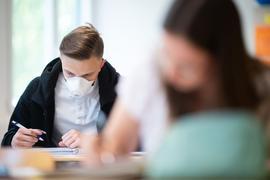 Ausweitung der Maskenpflicht: Schüler tragen auch während dem Unterricht eine Mund-und-Nasenschutz.