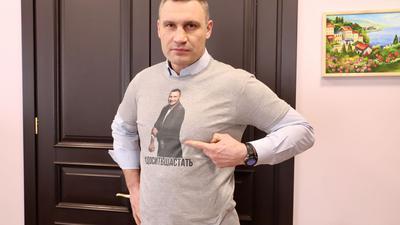 """Vitali Klitschko (48), Ex-Boxweltmeister und Bürgermeister der ukrainischen Hauptstadt, warnt Sportfans eindrücklich vor der Nutzung von Freiluftsportgeräten trotz Coronavirus-Verbot und trägt ein T-Shirt mit der Warnung: """"#Es reicht mit dem Herumlaufen""""."""