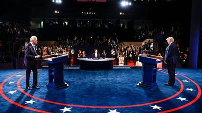 Donald Trump (r.) und Joe Biden beim letzten TV-Duell in der Belmont University. In der Mitte sitzt die Moderatorin Kristen Welker von NBC News.