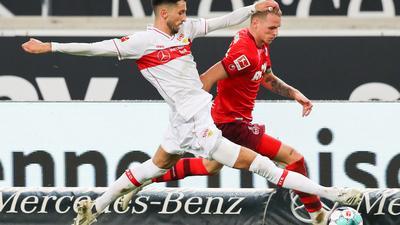Stuttgarts Atakan Karazor (L) in Aktion gegen Kölns Ondrej Duda.