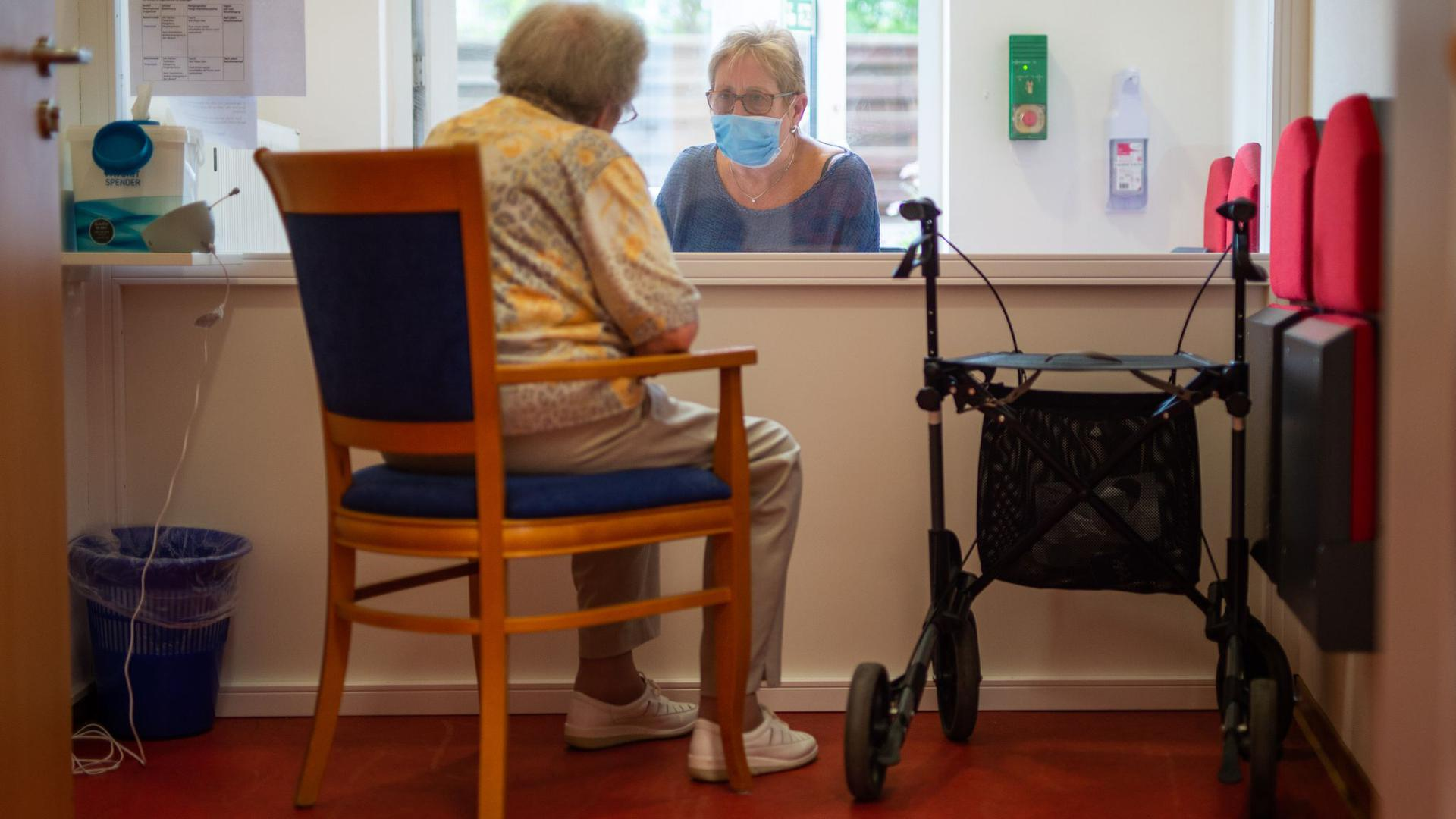Ältere Menschen besonders betroffen: Nach neuen Erkenntnissen forderte die Pandemie in Alten- und Pflegeheimen in Baden-Württemberg mehr Todesfälle als bislang angenommen.