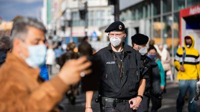 Bundespolizisten kontrollieren auf einer Einkaufsstraße in Berlin die Einhaltung der Maskenpflicht.