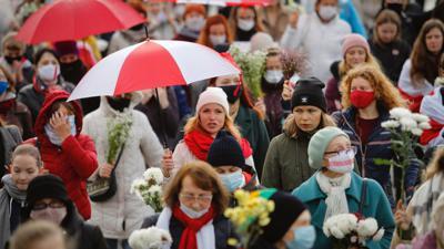Belarussische Frauen mit Regenschirmen gehen weiter gegen die Ergebnisse der Präsidentschaftswahlen auf die Straße (Archiv).
