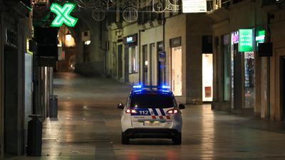 Einheiten der Nationalpolizei kontrollieren in der Innenstadt von Salamanca die Ausgangssperre.