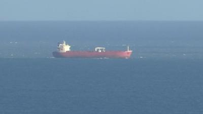 Das Standbild aus einem SKY-Video zeigt den n Öltanker vor der britischen Isle of White.