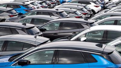Autos vor dem Terminal zur Verschiffung von Gebrauchtwagen von Europa nach Afrika.