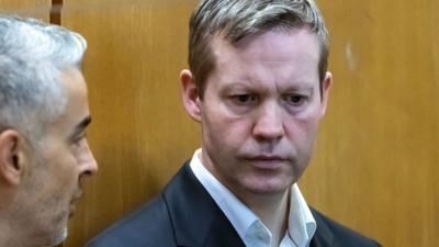In dem Prozess ist der 47 Jahre alte Deutsche Stephan Ernst wegen des Mordes an dem CDU-Politiker angeklagt. Er soll Lübcke auf der Terrasse von dessen Wohnhaus erschossen haben.