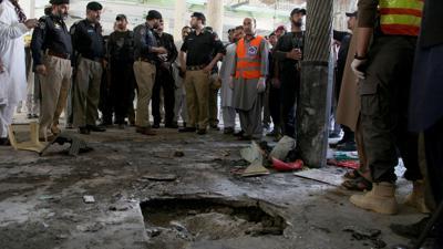 Polizisten stehen am Ort der Explosion in der Koranschule in Peshawar.
