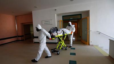 Ein Covid-19-Patient kommt im tschechischen Kyjov in die Intensivstation eines Krankenhauses.