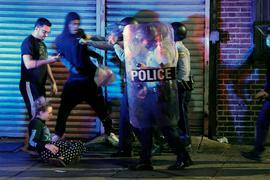 Demonstranten geraten in Philadelphia mit Polizisten aneinander.