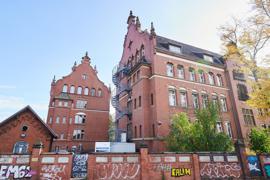 Ein Gebäude des Robert Koch-Institutes in der General-Pape-Straße, das laut Polizei am Wochenende mit Flaschen und Brandsätzen beworfen wurde.