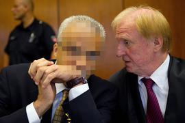 Der angeklagte Arzt (l.) Ende August 2013 im Prozess mit seinem Verteidiger Steffen Stern.