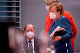 Bundeskanzlerin Angela Merkel und Kanzleramts-Chef Helge Braun vor Beginn der Sitzung des Bundeskabinetts in Berlin.