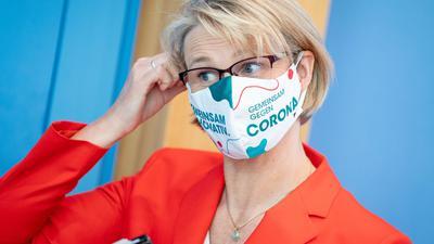 Bundesbildungsministerin Anja Karliczek will unbedingt die Schulen offen halten.