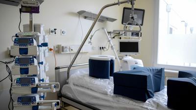 Ein Zimmer auf der Intensivstation der Charité in Berlin - Corona-Patienten sollen verteilt werden.