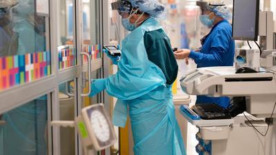 Zwei Medizinerinnen müssen sich im New Yorker Krankenhaus auf eine zweite Welle vorbereiten.