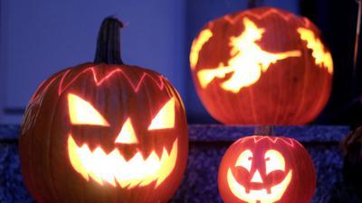 Geschnitzte Halloween-Kürbisse rausstellen ist auch in Corona-Zeiten ohne Gefahr erlaubt.