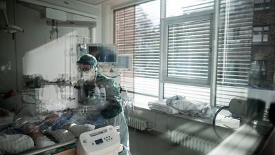 Im Universitätsklinikum Essen wird ein Corona-Patient auf der Intensivstation behandelt.