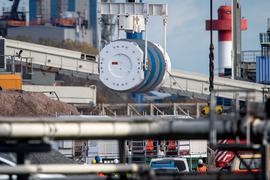 Ein Castor-Behälter aus der britischen Wiederaufbereitungsanlage Sellafield wird in Nordenham in den Zug geladen.