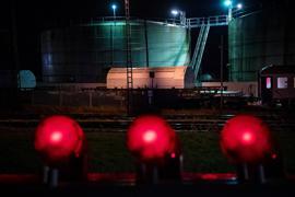 Der Castor-Zug fährt aus dem Bahnhof Nordenham. Sechs Castor-Behälter mit Atommüll sollen ins Zwischenlager Biblis gebracht werden.