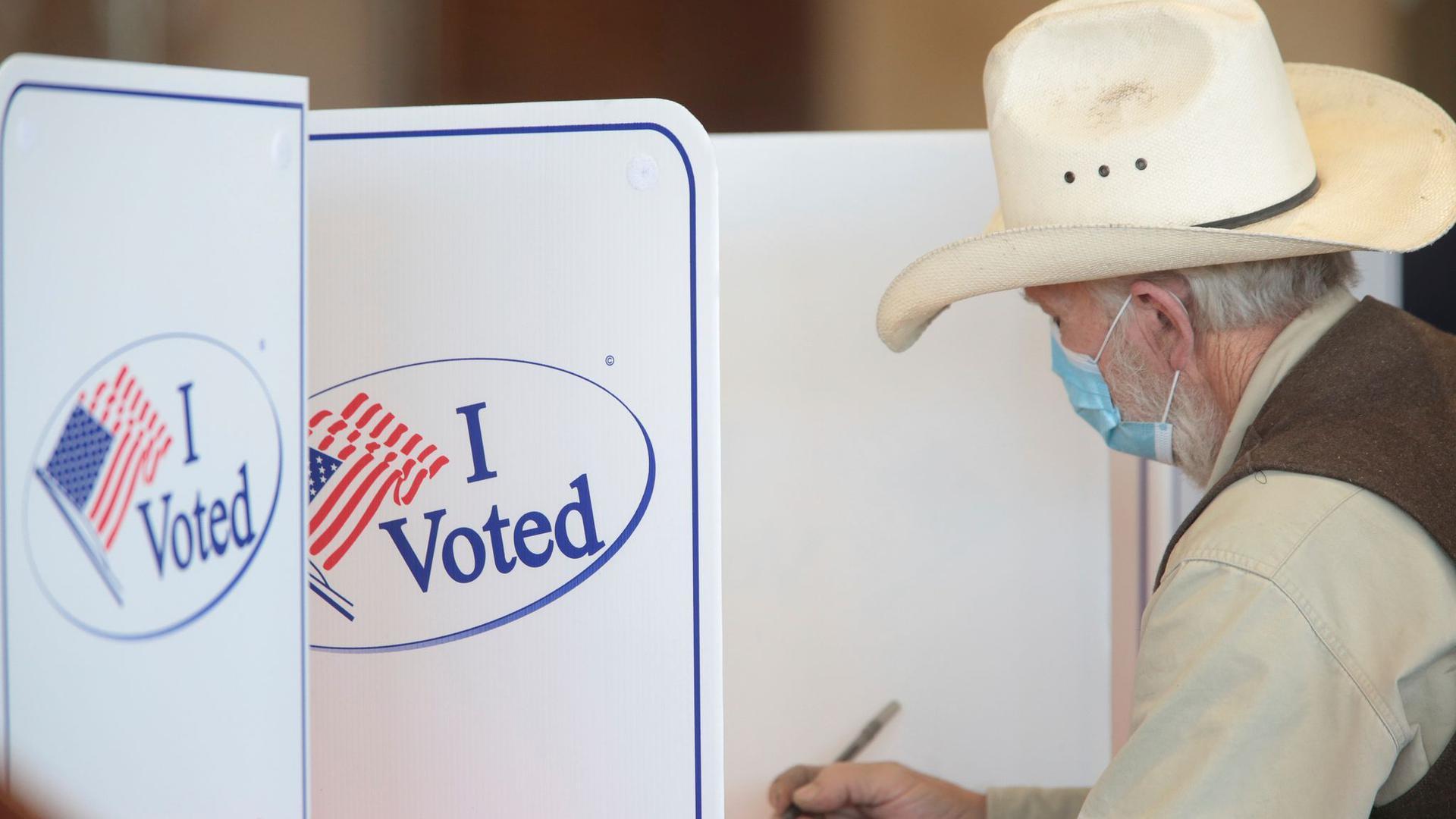Ein Wähler füllt seinen Stimmzettel in einem Wahllokal in der Hillcrest High School in Idaho Falls aus.