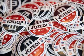 Erste Wahllokale sind geschlossen. Dieses Mal dürfte es deutlich länger dauern bis der Sieger feststeht.