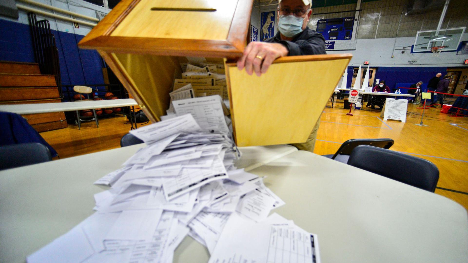 Steve Diorio schüttet in New Hampshire die Stimmzettel aus, um sie auszuzählen.