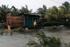 """Mit Windgeschwindigkeiten von bis zu 230 km/h hat Hurrikan """"Eta"""" in Nicaragua Dächer abgedeckt."""