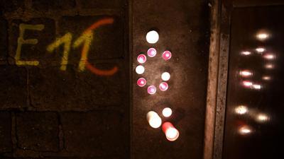 Kerzen brennen am Tatort der Terror-Attacke in einer Seitenstraße der Wiener Innenstadt.