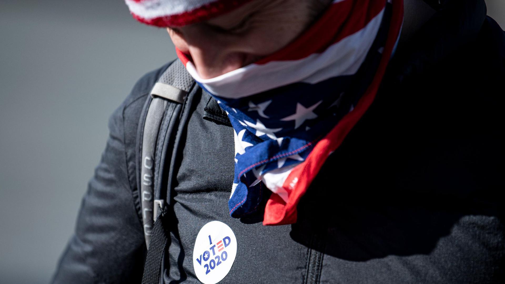 Dieser Mann hat schon gewählt. Staaten wie Pennsylvania oder North Carolina nehmen Briefwahlunterlagen noch mehrere Tage lang an.
