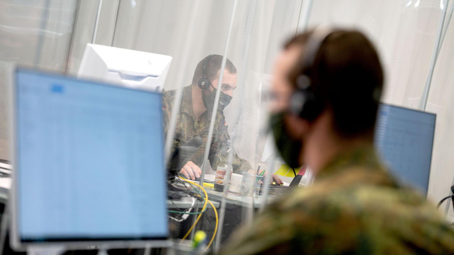 Bundeswehrsoldaten bei der Kontaktnachverfolgung im Gesundheitsamt in Karlsruhe.