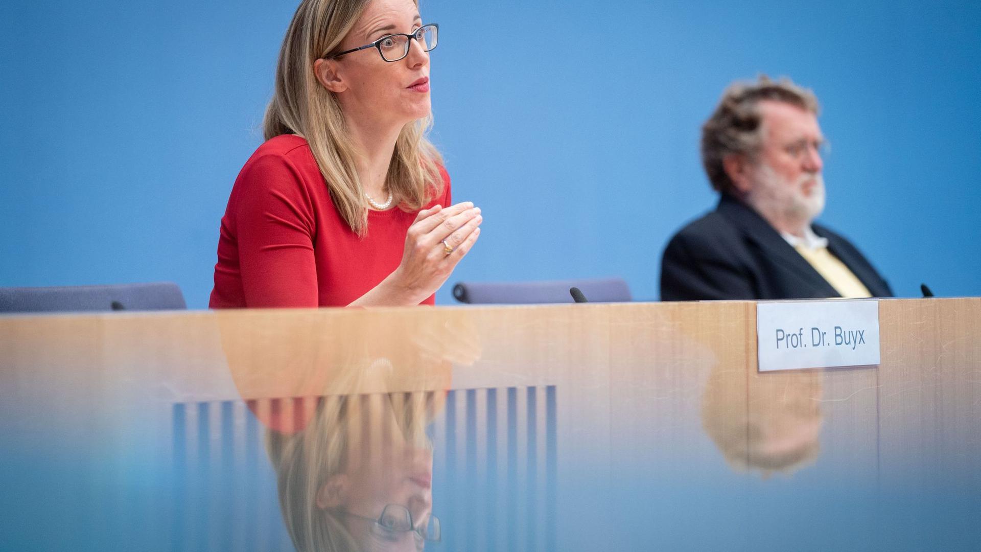 """Alena Buyx (l.), Vorsitzende des Deutschen Ethikrats, und Thomas Mertens, Vorsitzender der Ständigen Impfkommission (STIKO), stellen das gemeinsame Positionspapier """"Wie soll der Zugang zu einem COVID-19-Impfstoff geregelt werden?"""" vor."""