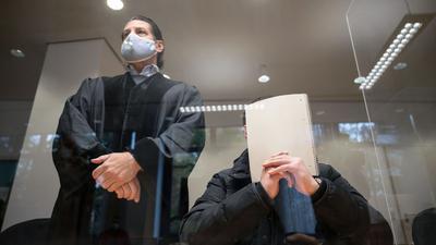 Der Angeklagte sitzt neben seinem Rechtsanwalt in einem Saal des Amtsgerichts Stuttgart.