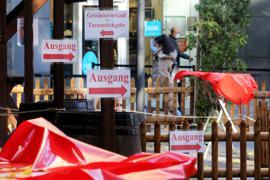 """""""Ausgang""""-Schilder sind an einem geschlossenen Glühweinstand auf dem Weihnachtsmarkt Essen befestigt. Der Weihnachtsmarkt sollte eigentlich am 14. November 2020 starten, doch wegen Corona und des Teil-Lockdowns in Deutschland  bleibt unklar, ob er in diesem Jahr öffnen werden kann."""