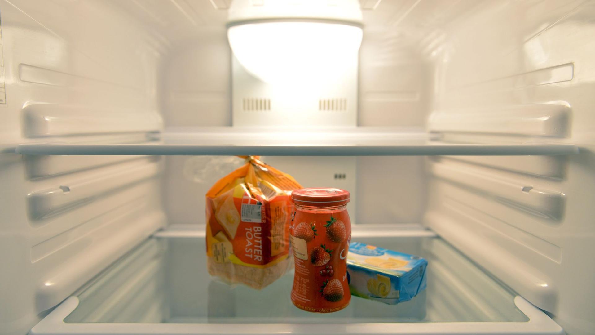 Konfitüre, Toastbrot und Butter stehen in einem Kühlschrank. 2019 lebte jeder fünfte Mensch in Deutschland in einem Einpersonenhaushalt.