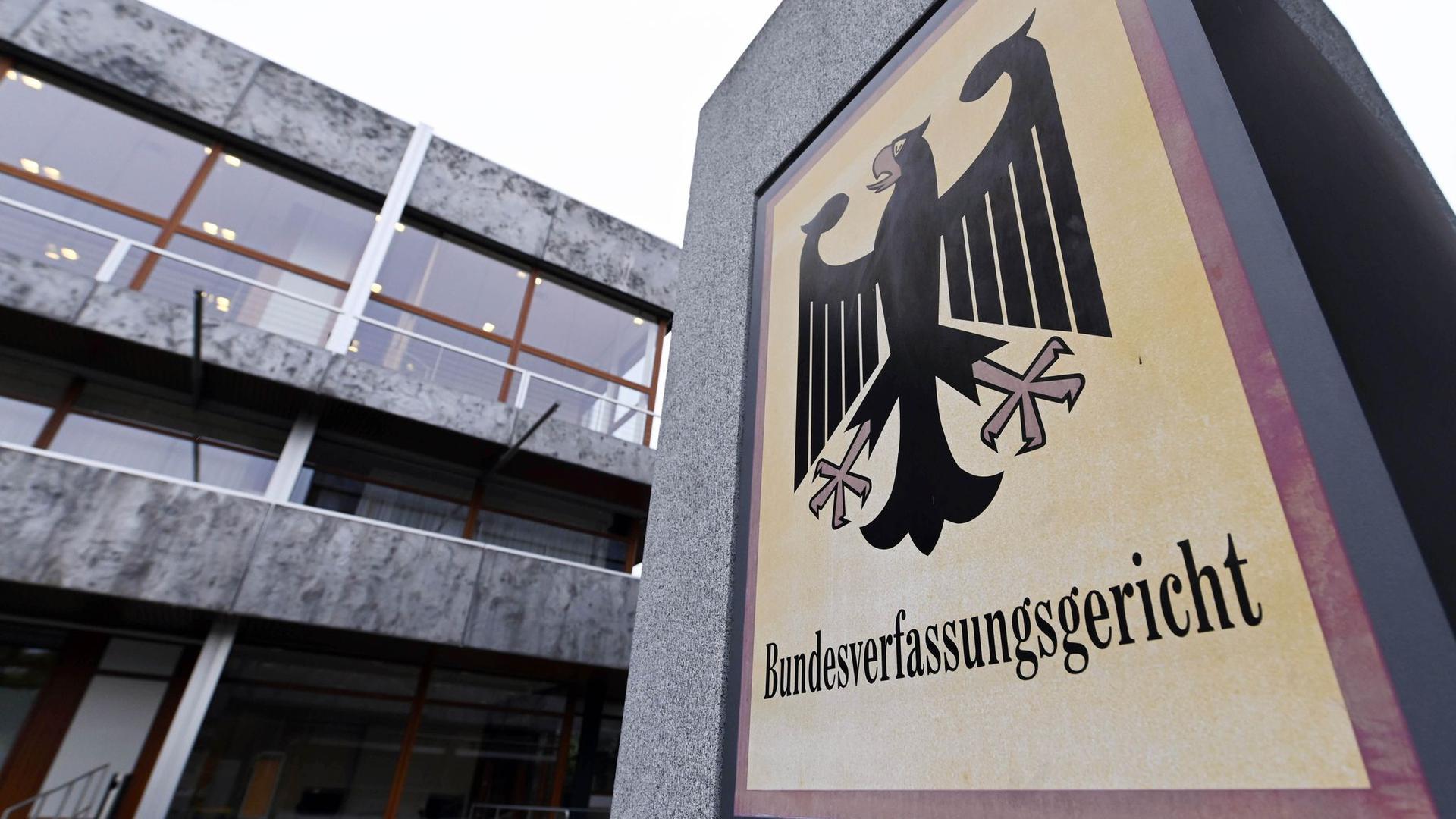 Das Bundesverfassungsgericht mit einem Hinweisschild mit Bundesadler und dem Schriftzug Bundesverfassungsgericht.