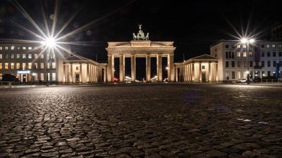 Der Pariser Platz vor dem Brandenburger Tor ist am Abend menschenleer.