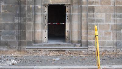 Ein Absperrband hängt an einem Zugang zu den Katakomben unter der Augustusbrücke. Knapp ein Jahr nach dem Kunstraub im Dresdner Grünen Gewölbe hat die Polizei in Berlin drei Tatverdächtige festgenommen.