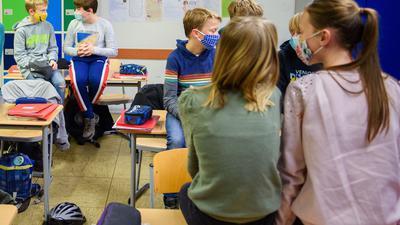 Schülerinnen und Schüler einer sechsten Klasse einer Schule in Kiel warten in ihrem Klassenzimmer auf den Unterrichtsbeginn.