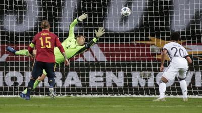 Deutschlands Torhüter Manuel Neuer kann das Tor zum 0:1 von Spaniens Morata (nicht im Bild) nicht verhindern.