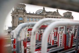 Absperrgitter stehen vor dem Reichstagsgebäude. Hier findet am heute eine Demonstration gegen das Infektionsschutzgesetz statt. Das Gesetz wird vom Bundestag verabschiedet.