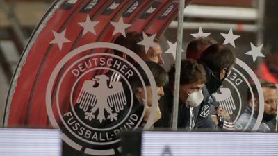 Auch Tauchstation: Bundestrainer Joachim Löw (l) beim 0:6-Debakel in Sevilla.