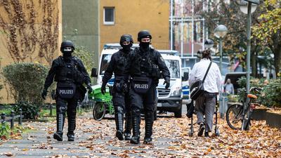 Polizeibeamte gehen zu einem Wohnhaus in Berlin.