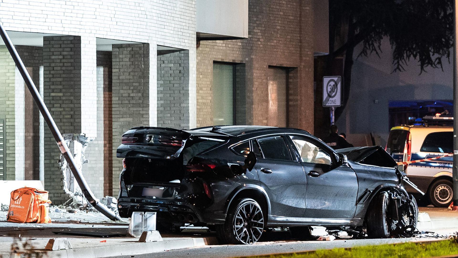 Ein zerstörter PKW steht nach einem Unfall im Frankfurter Ostend. Bei einer tödlichen Kollision inFrankfurt/Main hat derSUVmehrere Menschen erfasst.
