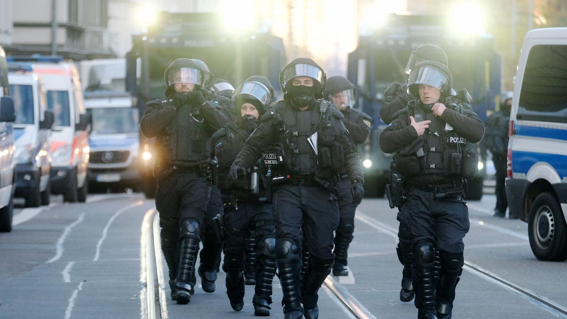Polizisten sind im Einsatz. In Leipzig hatten sich Gegner der Corona-Politik versammelt - parallel gab es größere Gegenproteste.